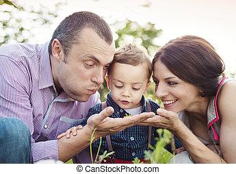 młoda rodzina, szczęśliwy