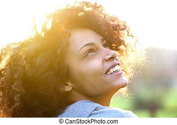młody, afrykańska amerykańska kobieta, uśmiechanie się, i, przeglądnięcie do góry