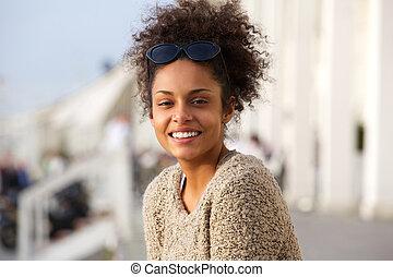 młody, afrykańska amerykańska kobieta, uśmiechanie się, outdoors