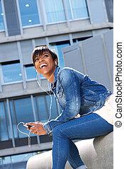 młody, afrykańska kobieta, uśmiechanie się, z, earphones, zewnątrz