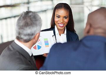 młody, afrykanin, kobieta interesu, objaśniając, wykres, do, handlowy zaprzęg