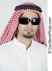 młody, arab, portret, chodząc, okulary słońca
