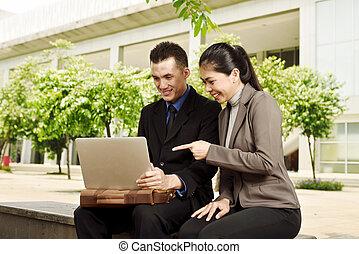 młody, asian handlowy, ludzie, dyskutując, praca, z, laptop