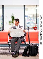 młody, biznesmen, czytanie gazeta, na, lotnisko