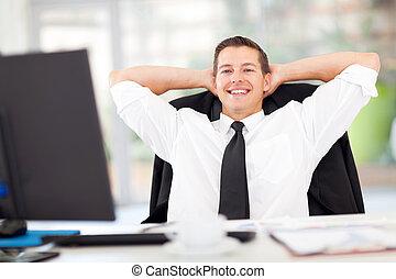 młody, biznesmen, odprężony, w, biuro