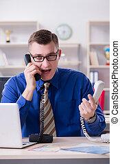 młody, biznesmen, pracownik, pracujący, w, biuro, na kasetce