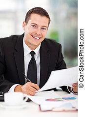 młody, biznesmen, pracujący, w, biuro
