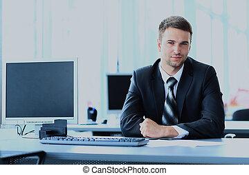 młody, biznesmen, pracujący, w, biuro, posiedzenie, na, desk.