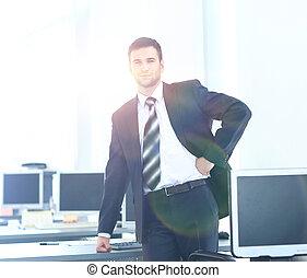 młody, biznesmen, pracujący, w, biuro, posiedzenie na kasetce