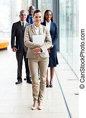 młody, biznesmenka stanie, przed, koledzy