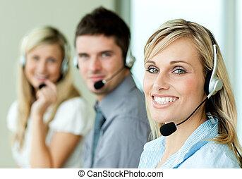 młody, businesspeople, uśmiechanie się, na, przedimek określony przed rzeczownikami, aparat fotograficzny, z, słuchawki