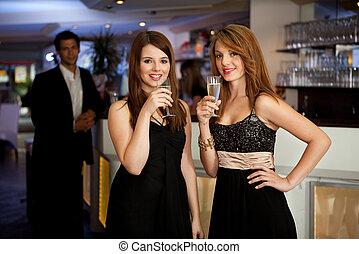 młody, chanpagne, picie, dwa kobiet