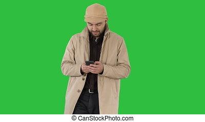 młody, chroma, płaszcz, ekran, telefon, zielony, key., messaging, człowiek, przystojny
