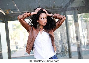 młody, czarna kobieta, wzór, od, fason, w, miejski, tło