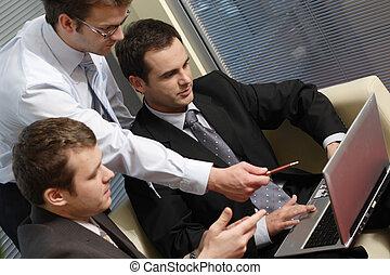 młody, handlowe mężczyźni, pracujący, z, laptop, w, biuro