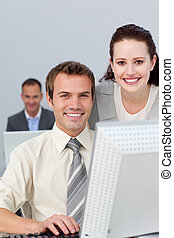 młody, handlowy wzmacniacz, pracujący razem, na, niejaki, komputer