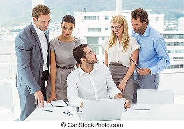 młody, handlowy zaludniają, na, biuro