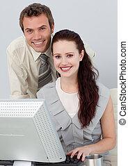 młody, handlowy zaludniają, używając, niejaki, komputer