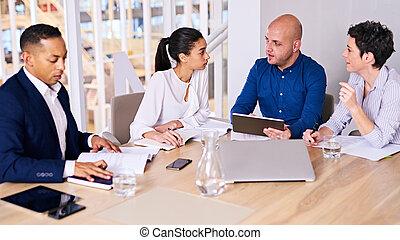 młody, handlowy zaludniają, zajęty, mówiąc do, nawzajem, w, spotkanie