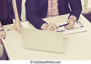 młody, handlowy zaprzęg, pracujący dalejże, niejaki, laptop