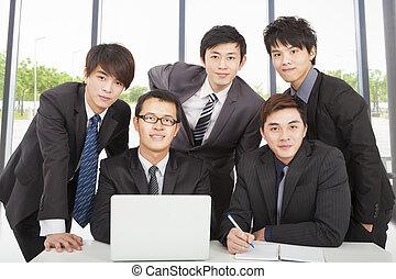 młody, handlowy zaprzęg, pracujący, w, biuro