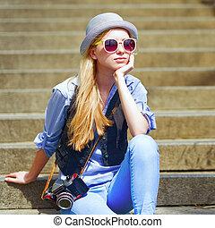 młody, hipster, posiedzenie na schodkach, outdoors