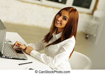 młody, kobieta interesu, pracujący dalejże, laptop, w, biuro