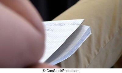 młody mężczyzna, dzierżawa, niejaki, notatnik, na, jego, poła, i, słuchający, do, niejaki, wykład