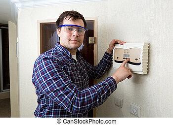 młody mężczyzna, groźny guzik, na, elektryczny, tablica rozdzielcza