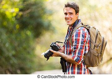 młody mężczyzna, hiking, w, góra
