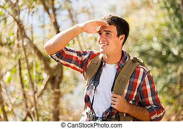 młody mężczyzna, hiking, w, jesień, góra