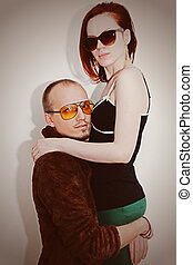 młody mężczyzna, i, kobieta, w, sunglasses