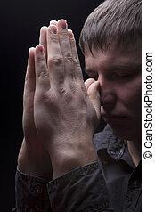 młody mężczyzna, modlący się