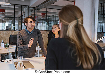 młody mężczyzna, objaśniając, nowa sprawa, plan, do, coworkers