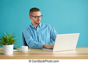 młody mężczyzna, pracujący, w, nowoczesny, biuro, na, komputer