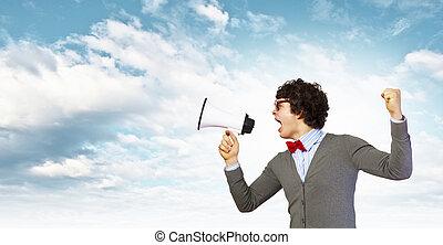 młody mężczyzna, z, megafon