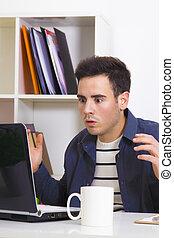 młody mężczyzna, zdziwiony, patrząc, komputer, laptop, w kraju, albo, w, biuro