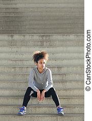 młody, ma na sobie kobietę, posiedzenie na schodkach, outdoors