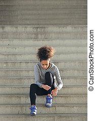 młody, ma na sobie kobietę, wiążąc shoelaces, na, kroki