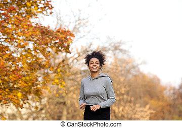 młody, ma na sobie kobietę, wyścigi, w parku