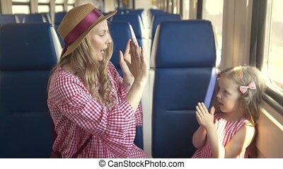 młody, macierz, i, mały, córka, interpretacja, pasztecik-placek, posiedzenie, przed, okno, w, opróżniać, pociąg