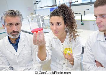 młody, naukowcy, pracujący, przedimek określony przed rzeczownikami, laboratorium