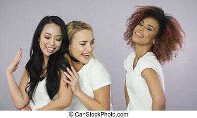 młody, pełen wyrazu, trzej kobiety