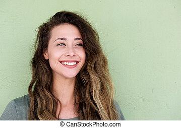 młody, piękna kobieta, na, zielone tło, uśmiechanie się