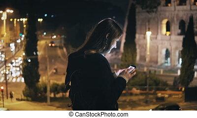 młody, piękna kobieta, reputacja, w mieście, środek, blisko, colosseum, w, rzym, włochy, i, używając, przedimek określony przed rzeczownikami, smartphone.