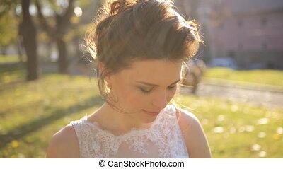 młody, piękny, panna młoda, reputacja, w parku, i, wyprostowywuje, włosy, strzał, w, powolny ruch, zatkać się