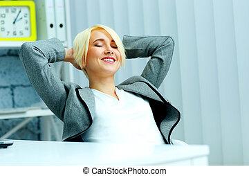 młody, piękny, szczęśliwy, kobieta interesu, odprężając, na, biuro