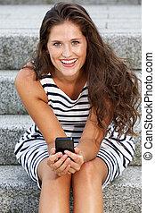 młody, pociągający, kobieta posiedzenie, na, schody, dzierżawa ruchoma