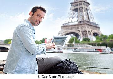 młody, pociągający, turysta, używając, tabliczka, w, paryż