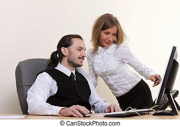 młody, pomyślny, handlowy zaludniają, pracujący, biuro